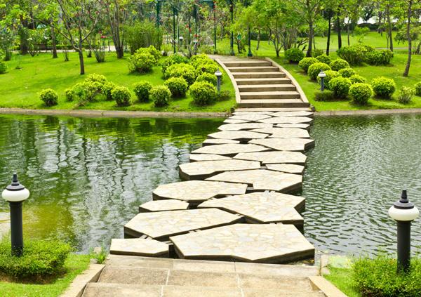 mostek nad wodą z kamienia