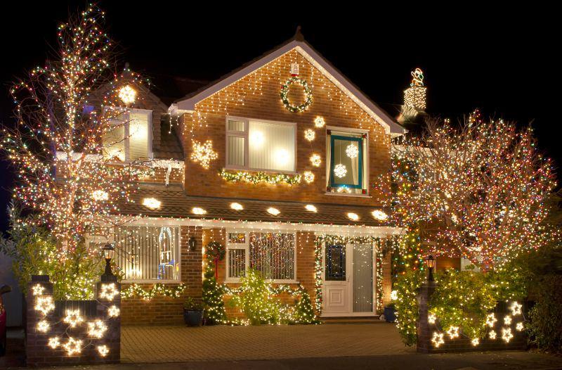 dom oświetlony świątecznymi lampkami