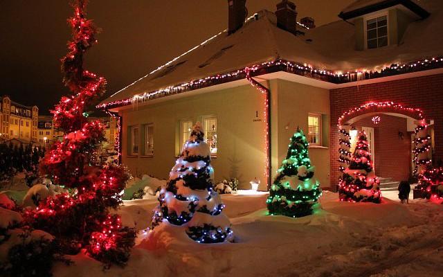Lampki jako świąteczna ozdoba ogrodu