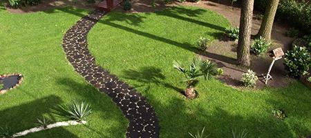Z jakich materiałów zbudować ścieżkę w ogrodzie?