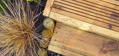 Urządź klasyczny, piękny ogród. Użyj drewna i uroczych figurek