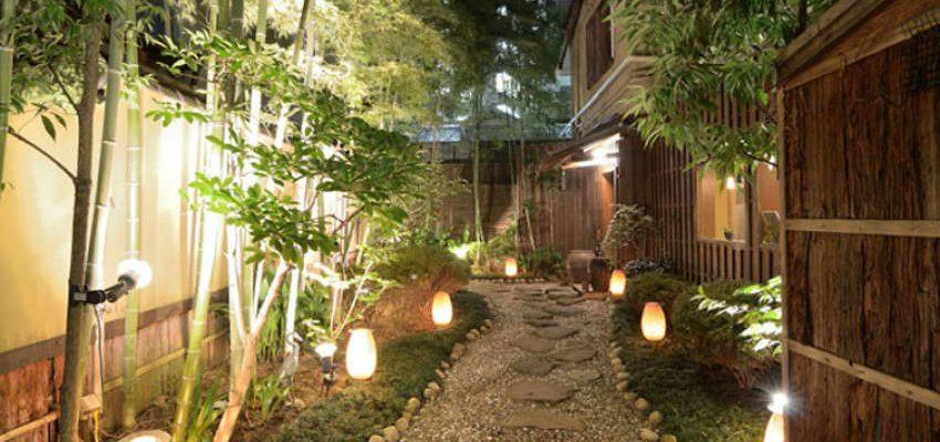 Jak oświetlić ścieżki w ogrodzie – co najlepiej się sprawdza?
